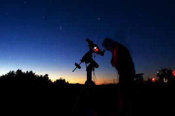 Astronomo osserva il cielocon un telescopio