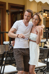 Junges Paar in der Stadt - im Sommer