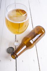 copa de cerveza y botella