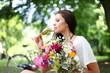 attraktive Frau mit Sekt und Blumen