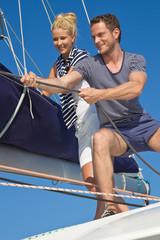 Junges Paar beim Segeln