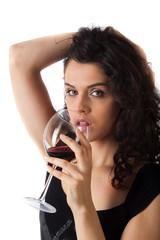 Donna bellissima beve un buon vino rosso