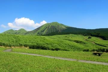 初夏の阿蘇 緑の杵島岳と草原