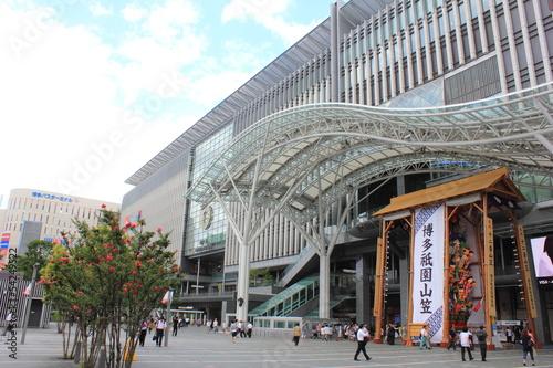 Fotobehang Treinstation JR博多シティと博多祇園山笠
