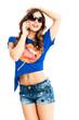 Junge freundliche attraktive Frau in sommer-outfit telefoniert