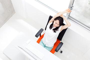オフィスで休憩する女性