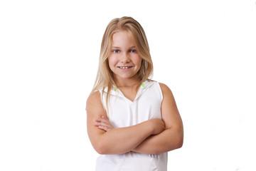 niña sonriendo mirando a cámara aislada en blanco