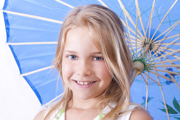 niña con sombrilla sonriendo con fondo blanco