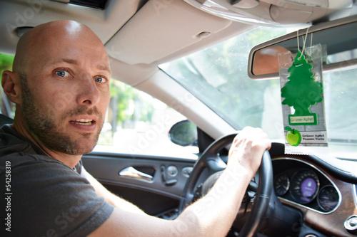 junger Mann fährt Auto