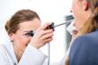 Leinwanddruck Bild - Patientin Untersuchung beim HNO Arzt