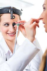 Patientin Untersuchung beim HNO Arzt