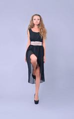 модель в чёрном платьи, шаг