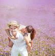 pärchen im lila feld