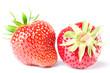 zwei Erdbeeren isoliert vor weiß