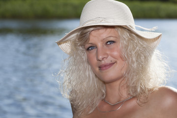 Blondine am Badesee