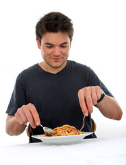 Mann ißt Spaghetti Bolognese