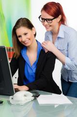 zwei businessfrauen bei der arbeit