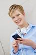 Teenager mit Smartphone und Kopfhörer
