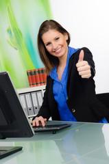 erfolgreiche junge businessfrau zeigt daumen