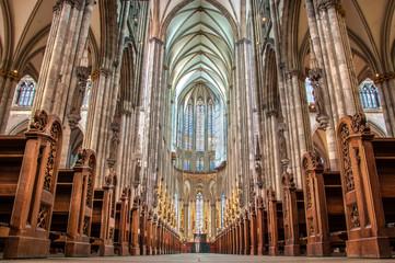 Kölner Dom Innenaufnahme mit Blick auf Altar