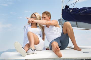 Liebespaar auf einem Segelboot auf Hochzeitsreise
