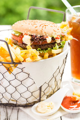 Burger und Pommes mit Softdrink