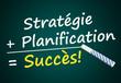 Stratégie + Planification = Succès (Mots sur tableau noir)