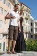 Junges Paar beim Stadtbummel in der Stadt im Sommer
