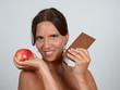 frau mit apfel und schokolade