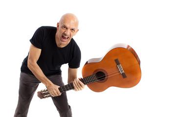 Uomo distrugge la chitarra