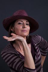 Donna con cappello al teatro