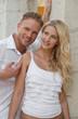 Junges verliebtes Paar mit blonden Haaren im Sommer
