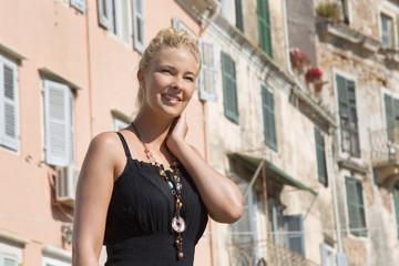 Junge schöne Frau genießt den Sommer - lachend, blond mit Kleid