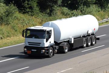 ein neuer Tanklastzug