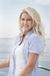 Frau am Meer - junge blonde Frau mit langen Haaren