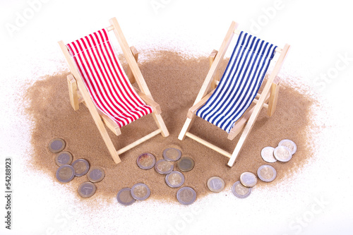 1 und 2 Euro-Münzen liegen vor Spielzeug Liegen