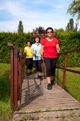 3 Frauen beim nordic walking