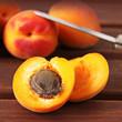 halbierte aprikose mit aprikosenkern