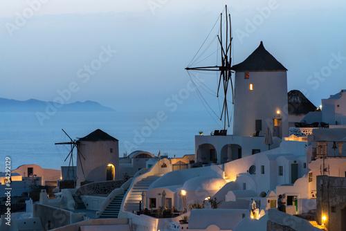 oia-wioska-w-wieczor-po-zachodzie-santorini-grecja