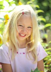 lachendes Mädchen im Garten
