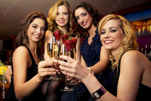 Attraktive junge Frauen in einer Bar - 54297917