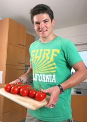 Grüner Mann mit roten Tomaten