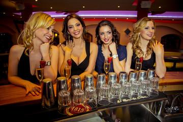 Attraktive junge Frauen in einer Bar