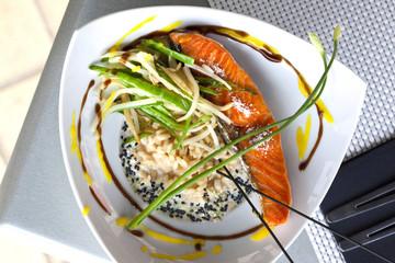Poisson, risotto, riz, légumes, ciboulette, saumon, grillé