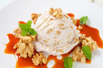 Walnut ice cream with caramel sauce