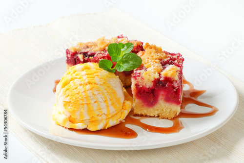 Berry fruit crumble slices with ice cream