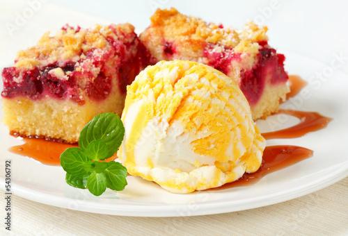 Berry fruit crumble slices with ice cream