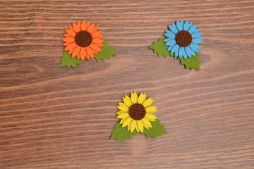 Flores de colores sobre fondo rústico de madera