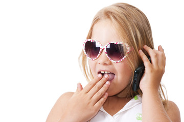 niña hablando por teléfono móvil