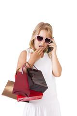 niña  con bolsas de la  compra aislada en blanco
